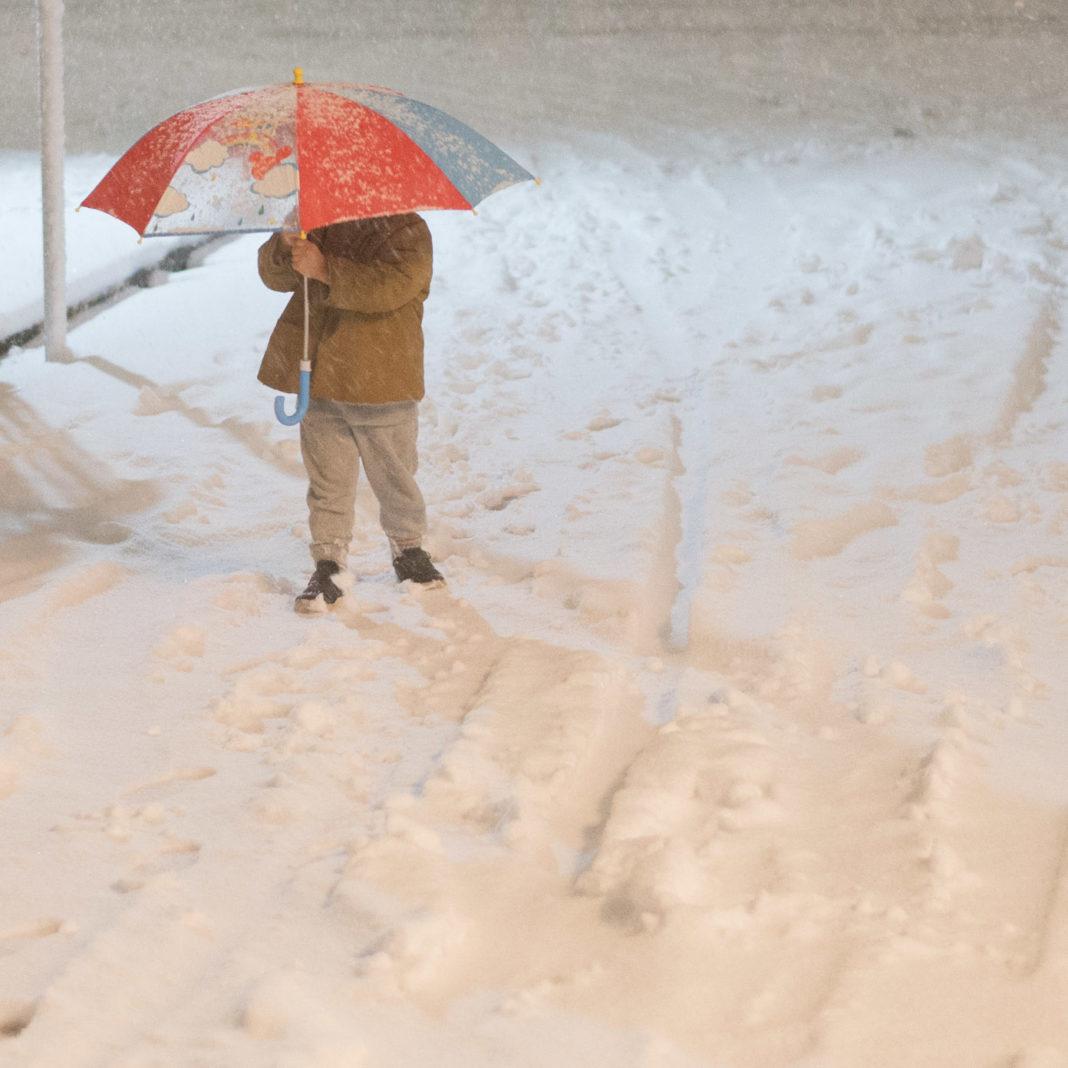雪の中を歩く3歳の子供