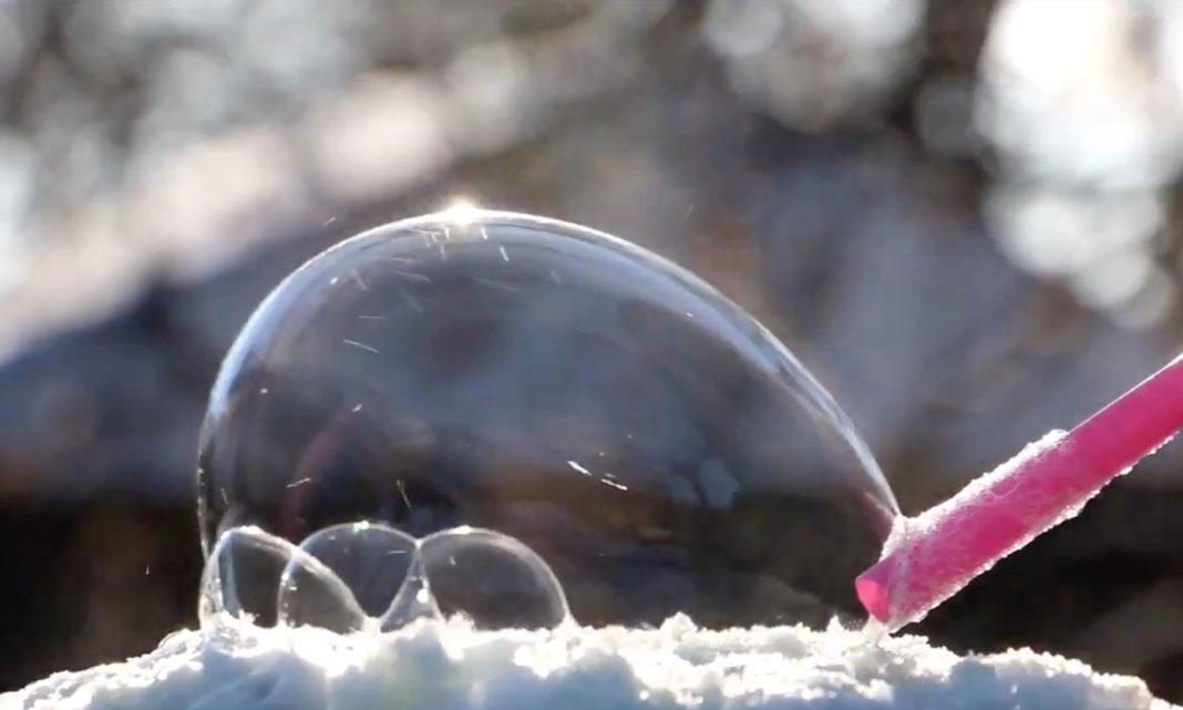 雪の上でしゃぼん玉を作ると、神秘的すぎる天然のスノードームができる