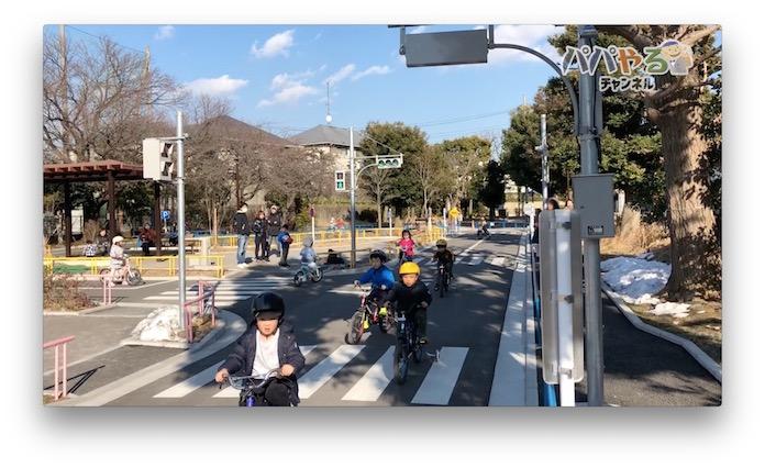 自転車で走る子どもたち 衾町公園(東京都目黒区)