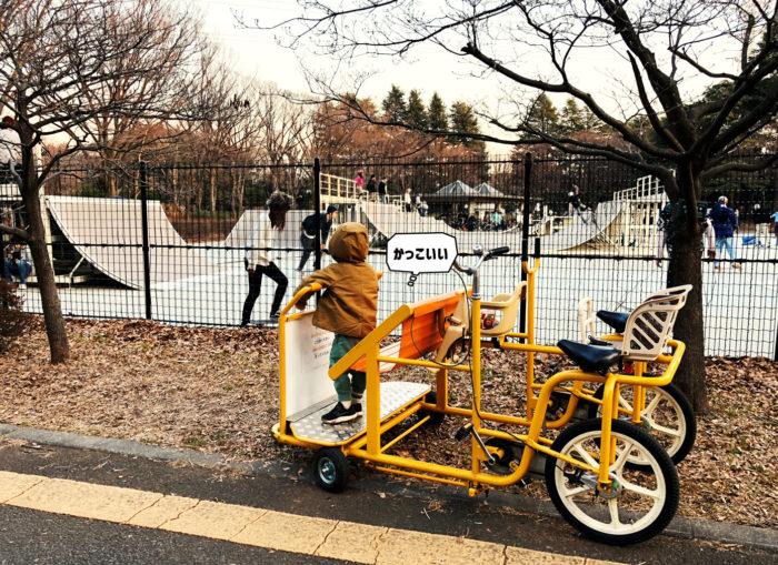 駒沢公園でスケートボードをする人をみる息子
