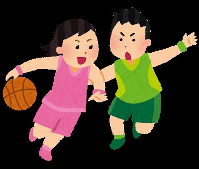 バスケットボールをする学生
