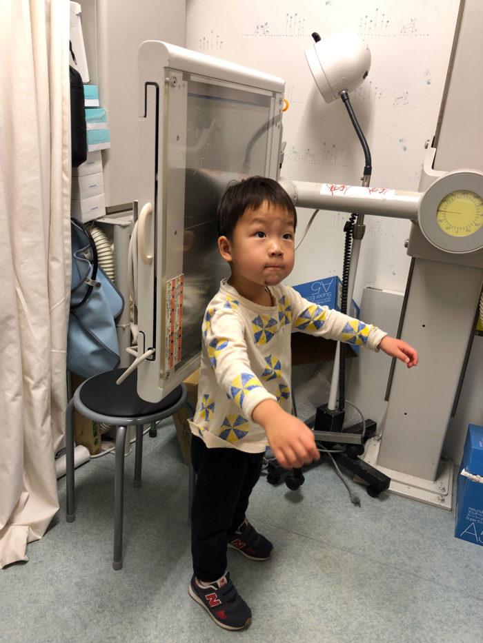 レントゲン台に立つ息子(4歳)