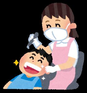 歯医者で治療を受けている