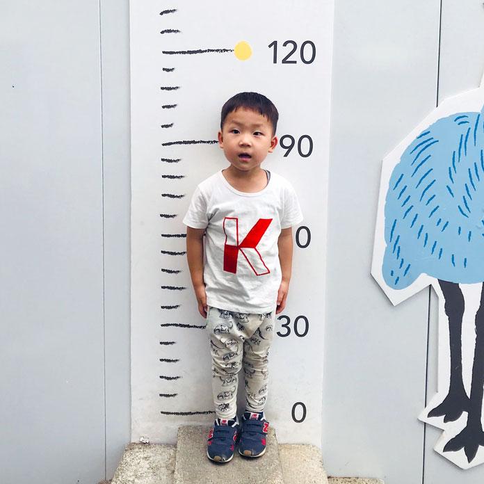 上野動物園で身長を測る鼓太郎(4歳・100cm)