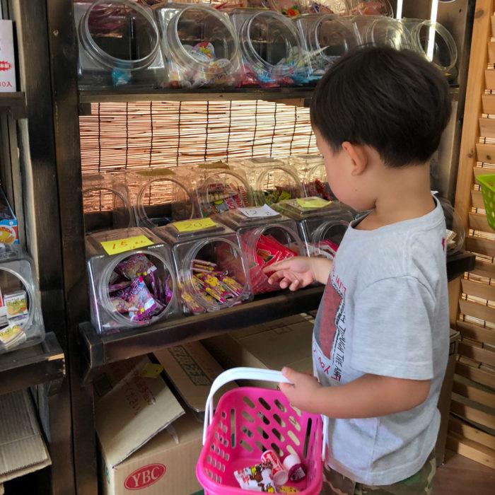 駄菓子屋さんでお菓子を選ぶ鼓太郎