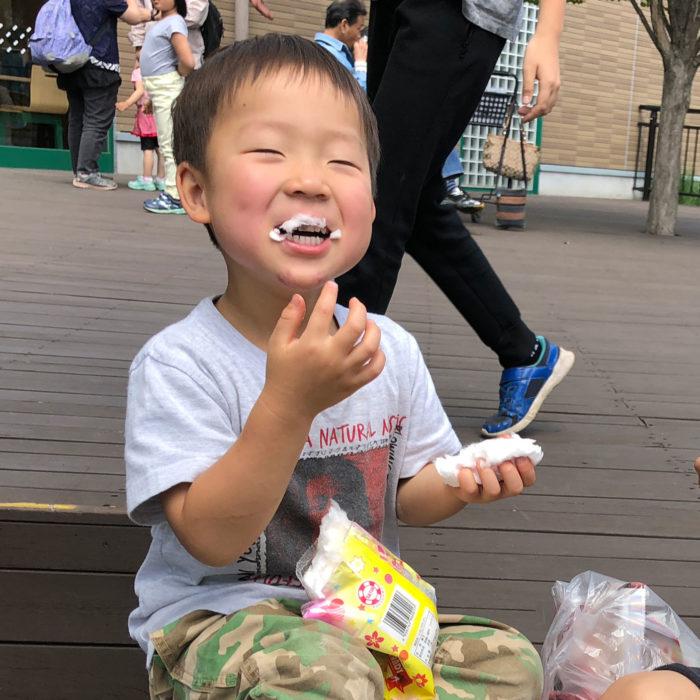 駄菓子(わたがし)を嬉しそうにほおばる鼓太郎