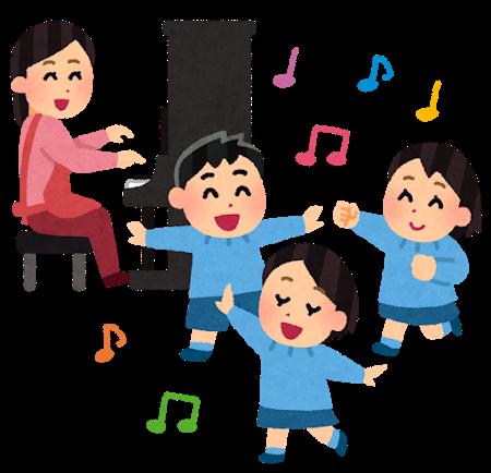 保育園で先生と歌をうたう園児たち