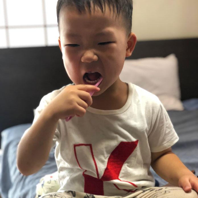 自分で歯磨きをする息子(4歳)