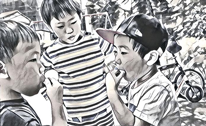 公園でフエラムネを食べる子ども達