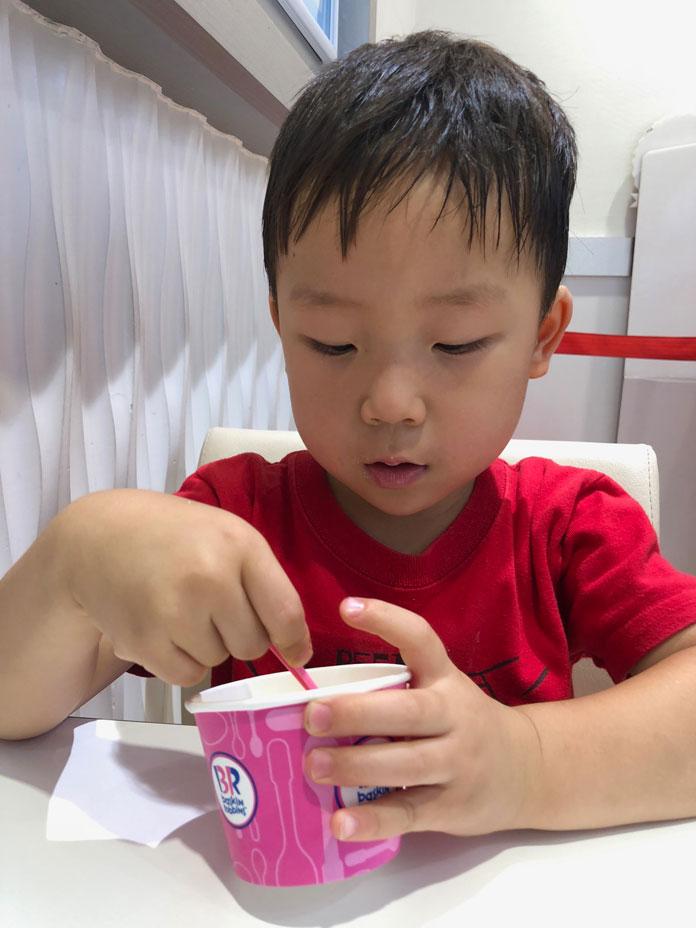 サーティワンアイスを食べる息子