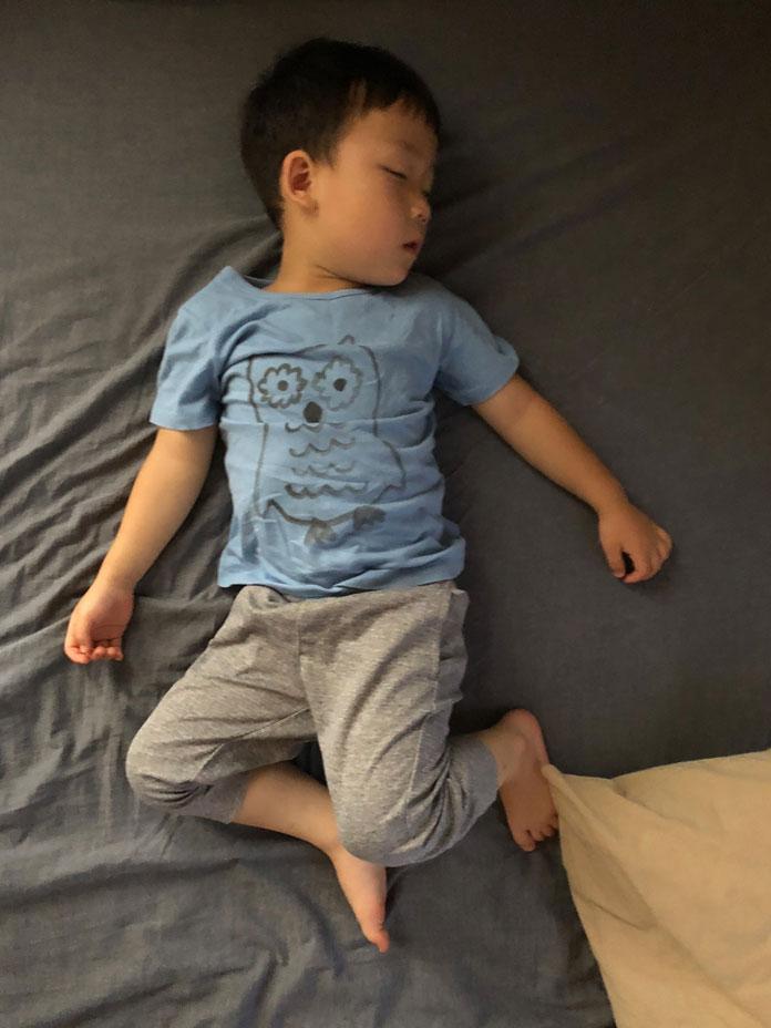 眠っている息子