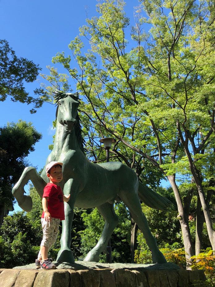 馬の銅像と息子