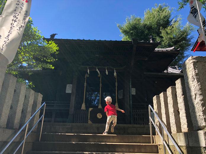 神社への階段を登る息子