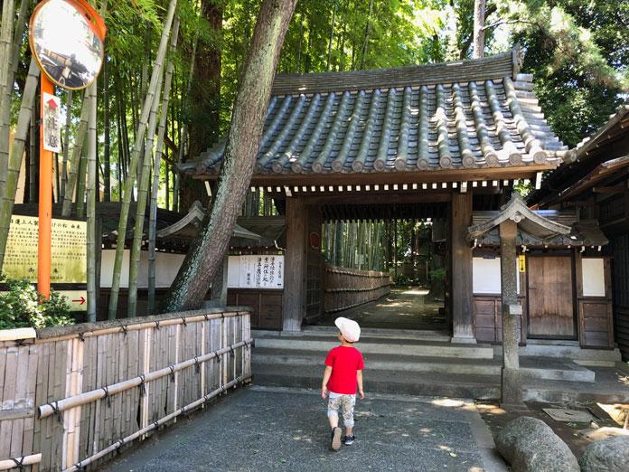 お寺の入り口と息子