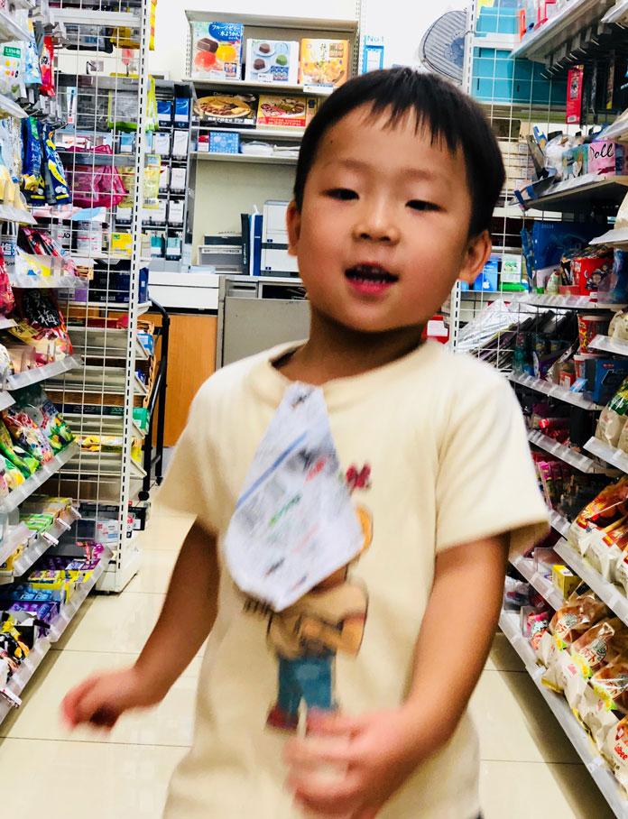 喜んで買い物する息子