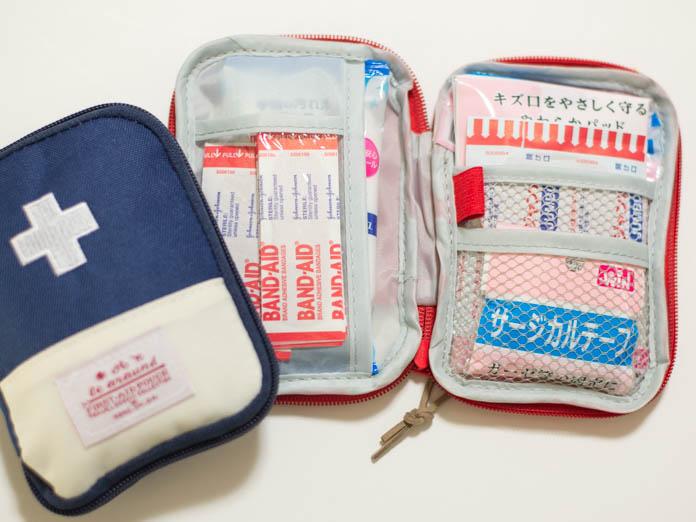 コンパクトな救急ポーチに応急処置用品を詰めた