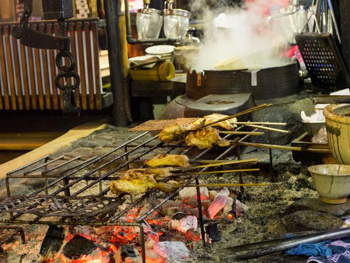 炭火で焼く鶏肉