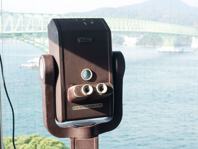 大島大橋を眺める双眼鏡