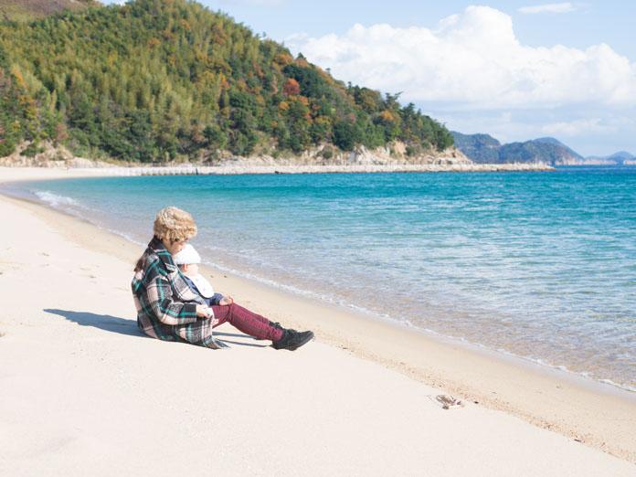 周防大島の海岸でくつろぐママと赤ちゃん