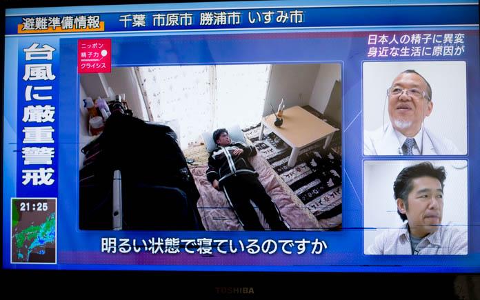 明るい部屋で眠る男性