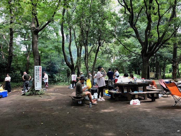 駒場野公園でバーベキューを楽しむ人々
