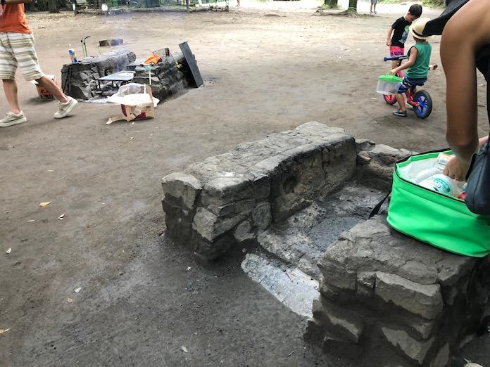 駒場野公園のバーベキューの石コンロ