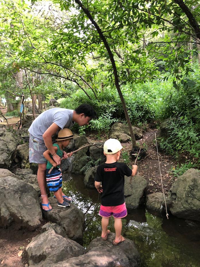 駒場野公園の池で釣りをする大人と子ども