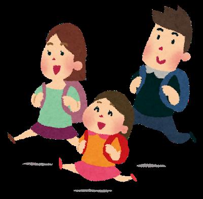 家族が笑顔で走っている