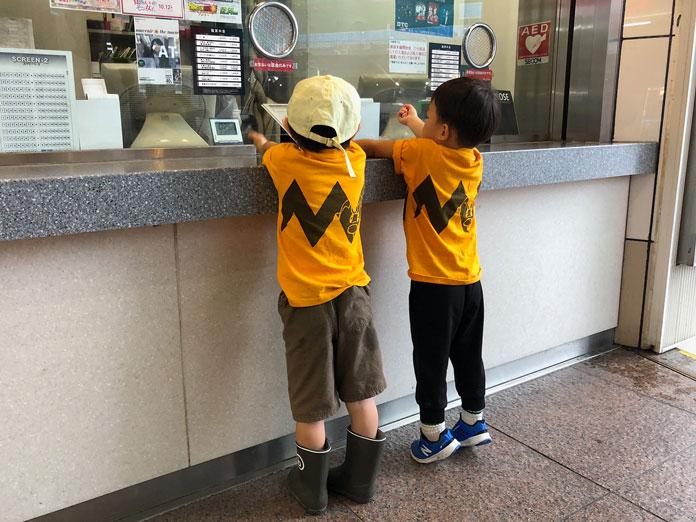 渋谷TOEIの窓口でチケットを購入する子ども