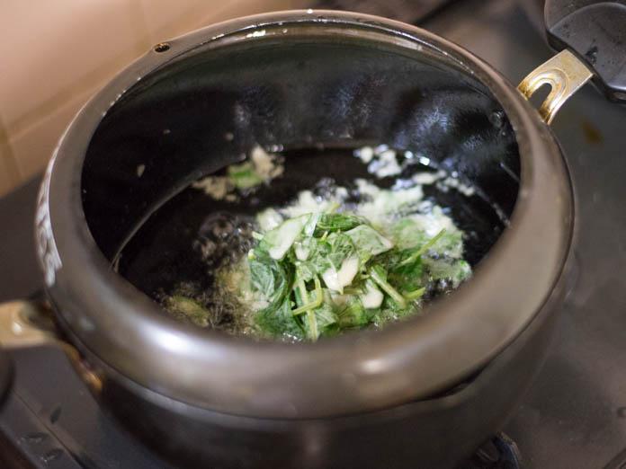 カラルーの天ぷらを揚げているところ
