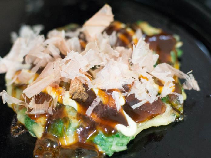 カラルーでお好み焼きを ソース、マヨネーズ、かつお節をかけて完成
