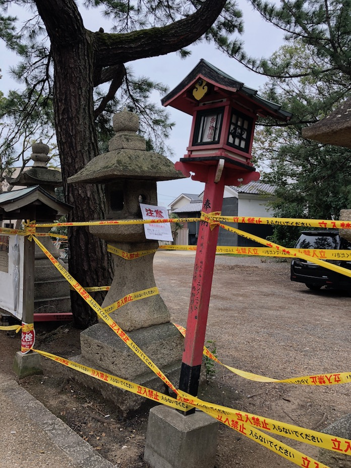 弥栄神社(岸和田市) 台風で傾いた灯篭と石灯篭