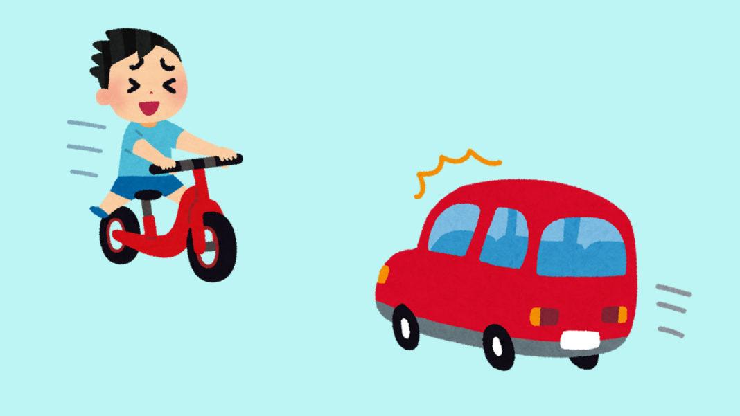 ペダル無し自転車で走る子どもとそれに驚く自動車
