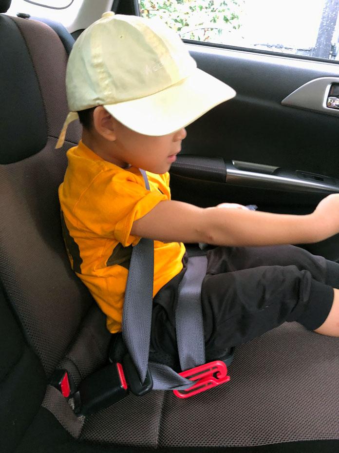 マイフォールド mifold を着用して車に座っている4歳の男の子