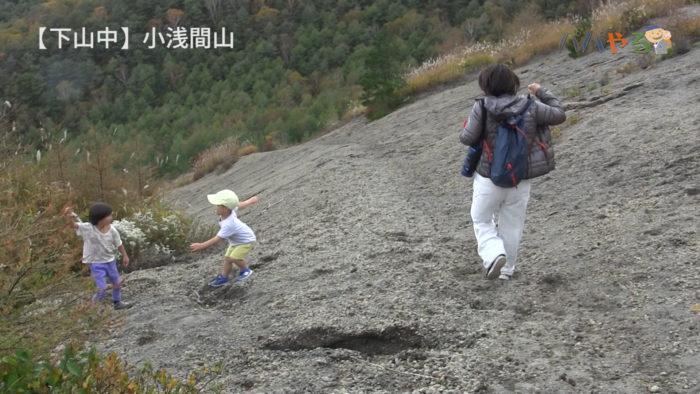 砂利道の山を下る子どもとママ