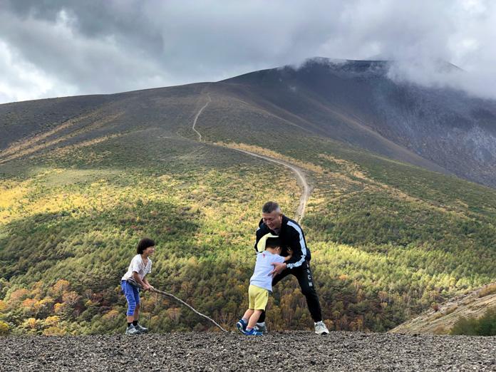 小浅間山の頂上で子どもと相撲