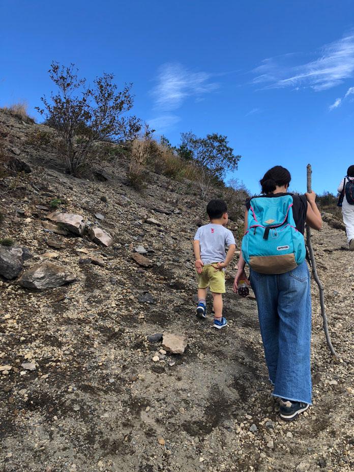ママと息子が急勾配の山を登る