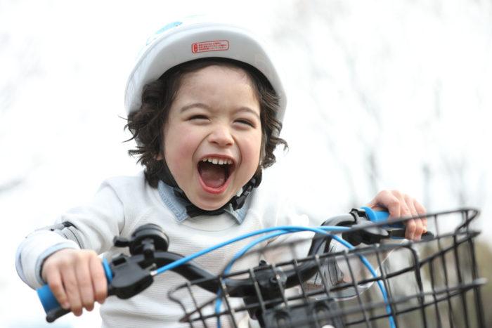 自転車に乗る笑顔の女の子