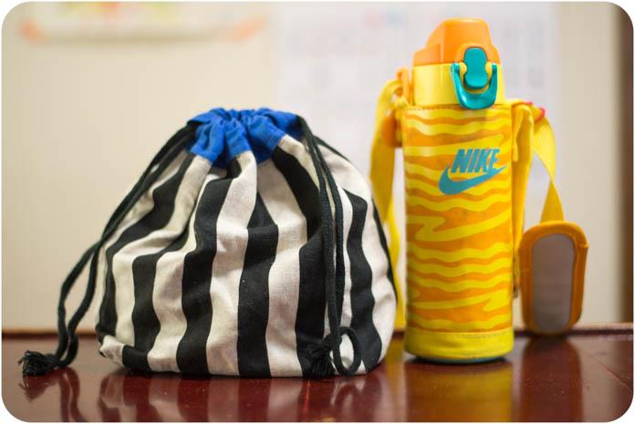巾着袋と水筒
