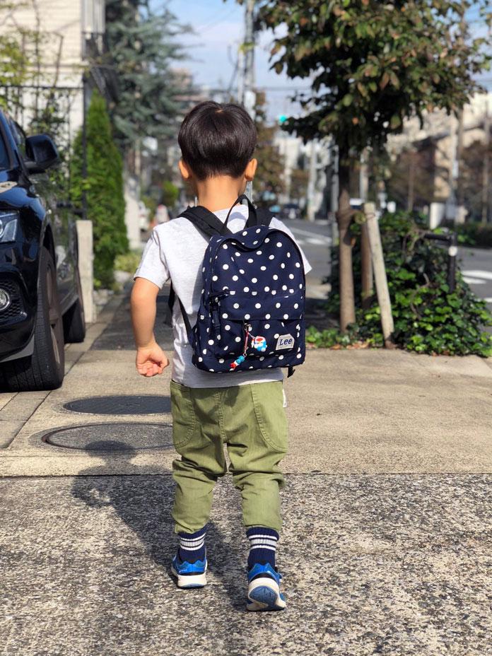 リュックを背負って歩く男の子