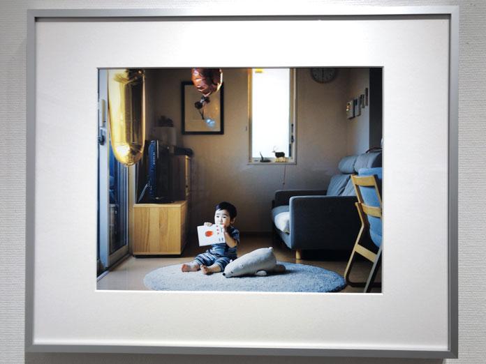 部屋に座っている子ども 幡野広志 作品展「優しい写真」