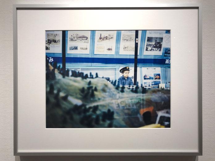電車のジオラマを眺める男の子 幡野広志 作品展「優しい写真」