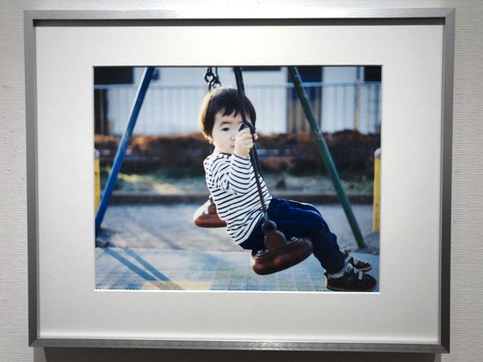 ひとりでぶらんこに乗る男の子 幡野広志 作品展「優しい写真」