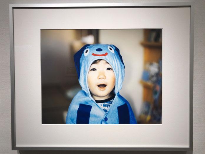着ぐるみをきた可愛い男の子 幡野広志 作品展「優しい写真」