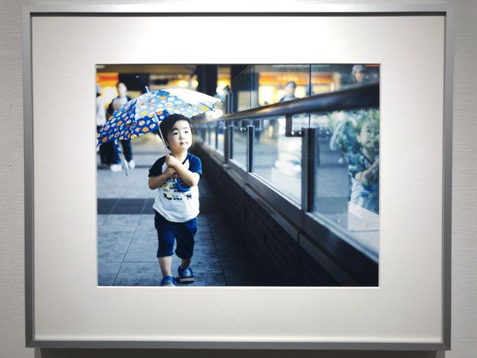 傘をさしてあるく男の子 幡野広志 作品展「優しい写真」