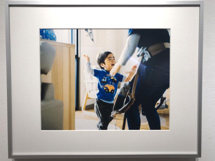 保育園に行くのを嫌がる男の子 幡野広志 作品展「優しい写真」