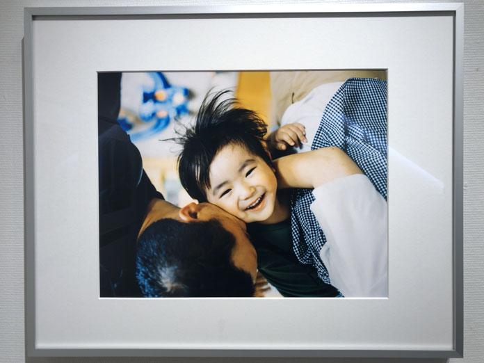 パパと息子が抱き合う 幡野広志 作品展「優しい写真」