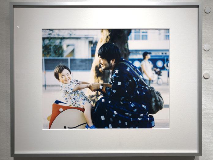 パパと息子 浴衣を着て公園で遊ぶ 幡野広志 作品展「優しい写真」