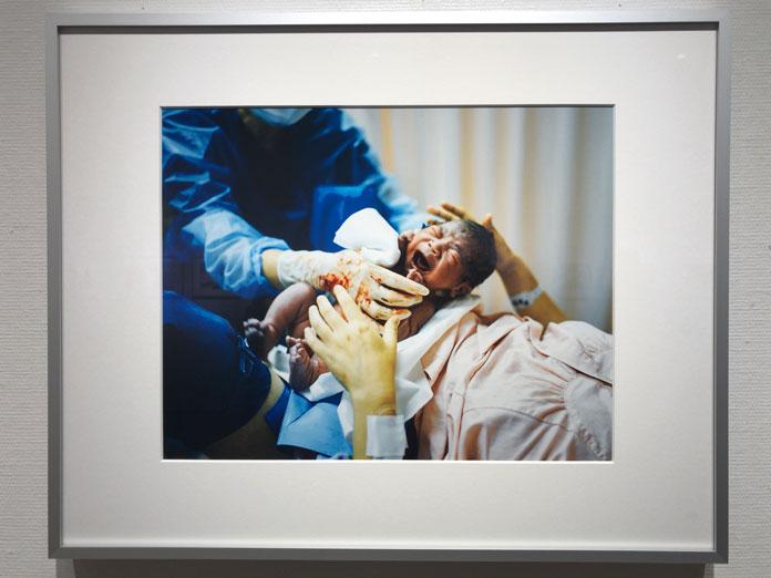 生まれたばかりの赤ちゃん 幡野広志 作品展「優しい写真」にて