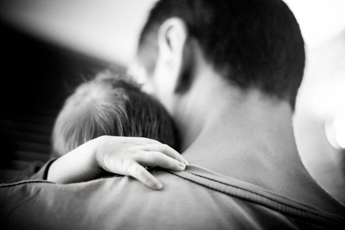 子どもを抱きしめる男性
